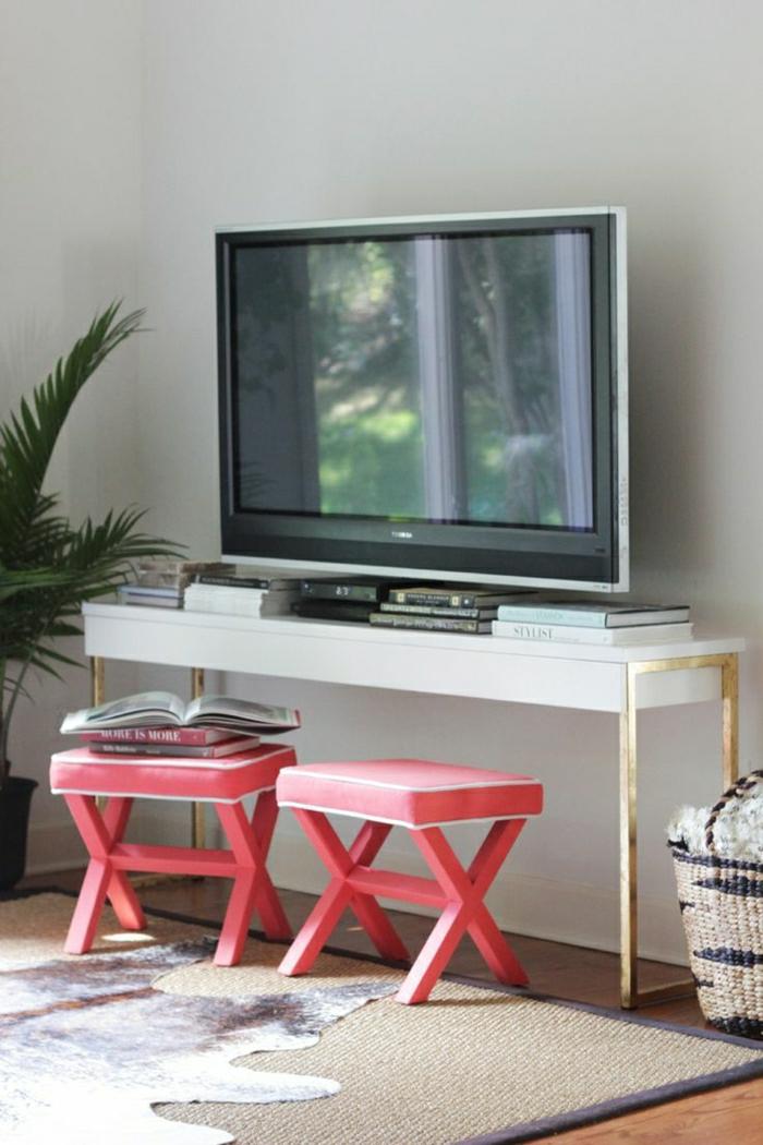 meuble-d-appoint-commode-en-bois-blanc-tv-tapis-sol-en-parquet-tapis-en-cuir