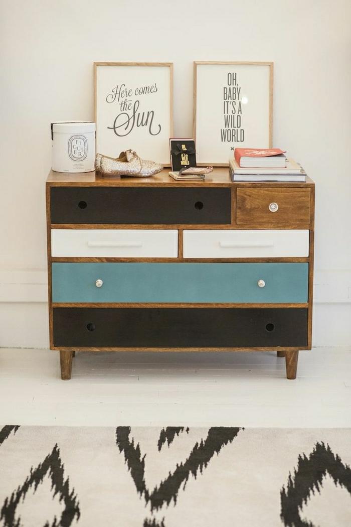 meuble-d-appoint-commode-en-bois-coloré-bleu-blanc-peintures