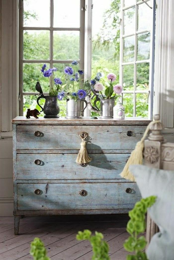 meuble-d-appoint-commode-en-bois-de-style-vintage-fenetre-belle-vue-jardin