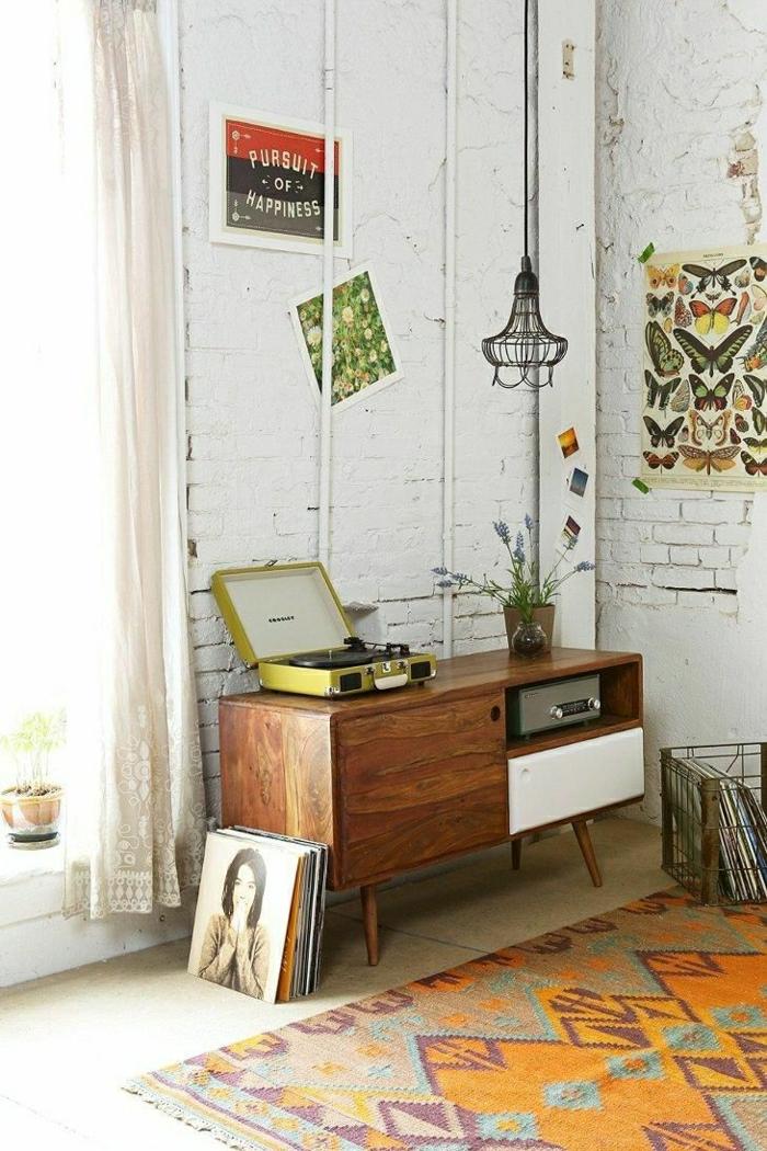 meuble-d-appoint-commode-en-bois-de-style-vintage-tapis-vintage-coloré