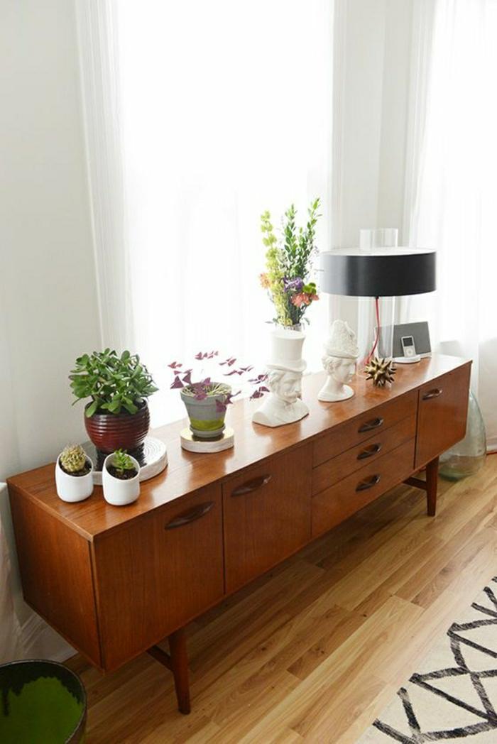 meuble-d-appoint-en-bois-foncé-plantes-vertes-lampe-décorative-fenetre-rideaux-blancs