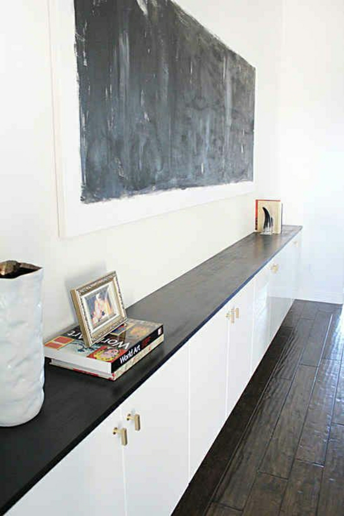 meuble-d-entrée-en-bois-blanc-marron-déco-blanc-noir-sol-en-plancher-marron