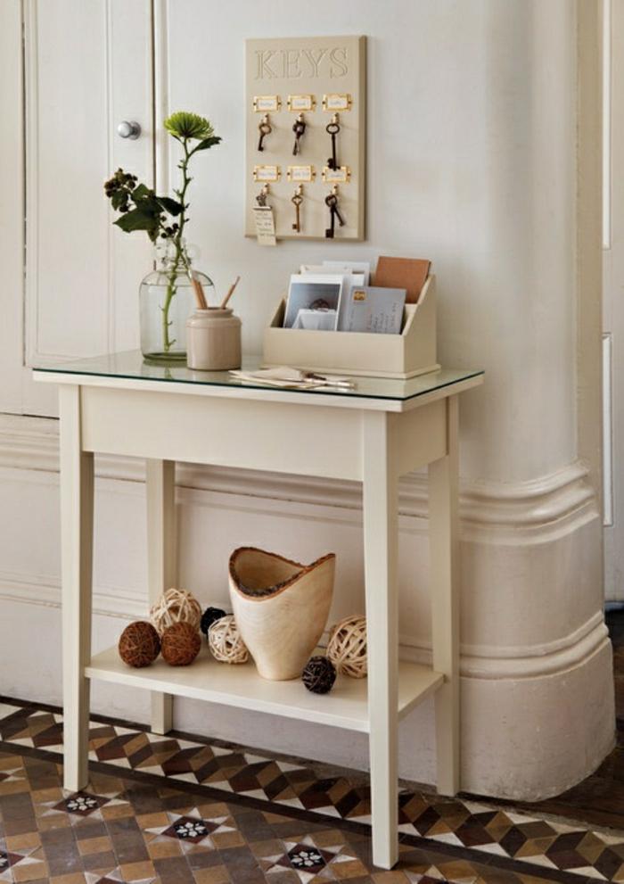meuble-d-entrée-en-bois-blanc-marron-fleurs-couloir-carrelage-cles-meuble-d-entrée
