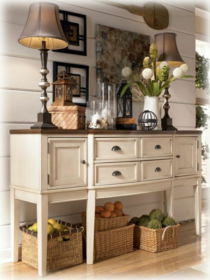 meuble-d-entrée-en-bois-blanc-marron-fleurs-lampe-décorative-sol-en-parquet
