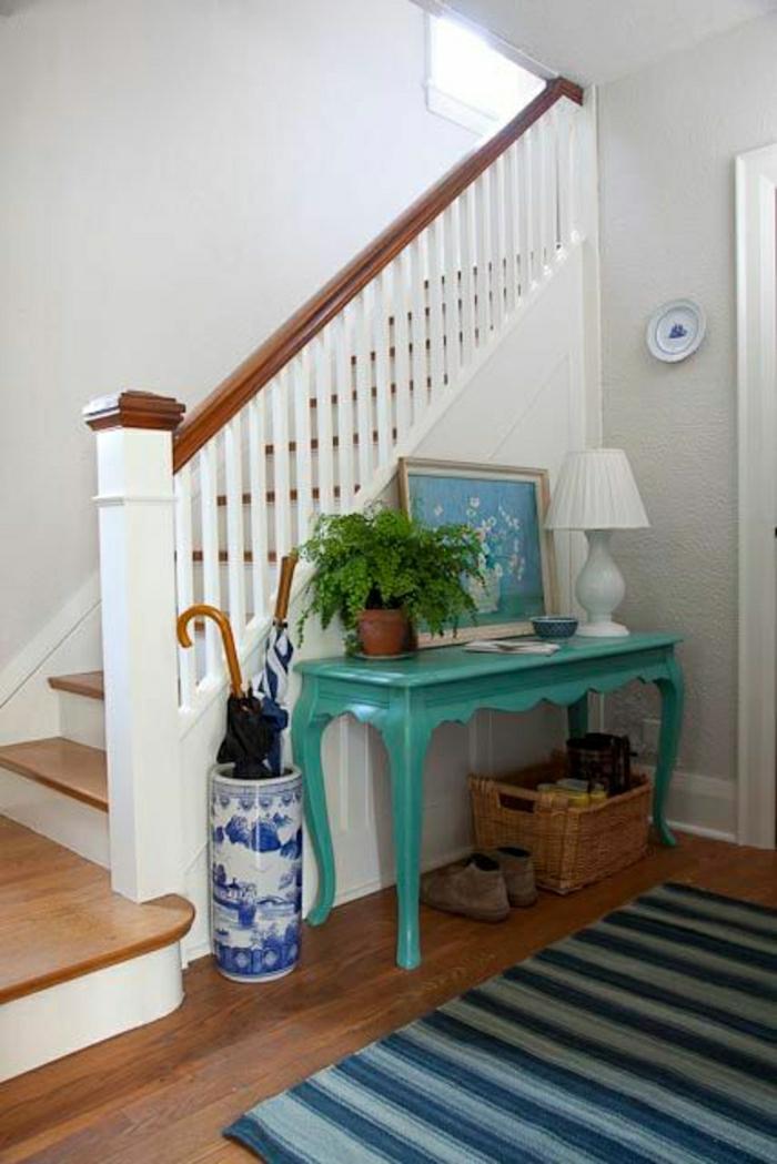 meuble-d-entrée-en-bois-bleu-meuble-d-appoint-tapis-coloré-escalier-en-bois