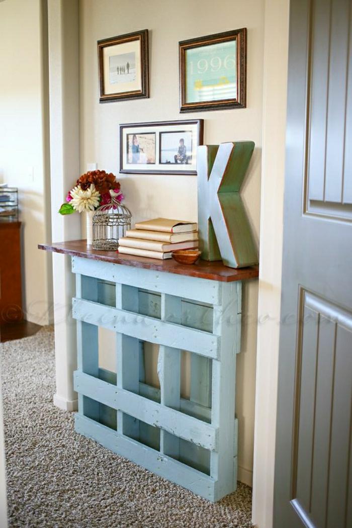 meuble-de-palette-meuble-d-entrée-en-bois-bleu-fleurs-colorés-sol-moquette