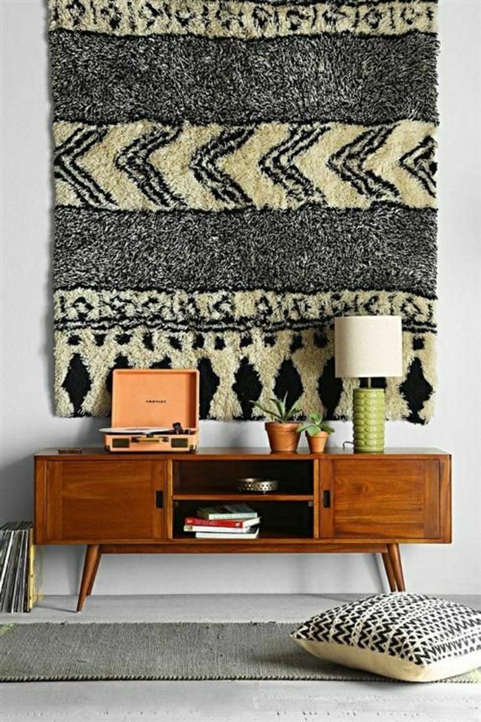 meuble-en-bois-d-appoint-tapis-sul-le-mur-gris-tapis-gris-sol-gris-coussins-plante-verte
