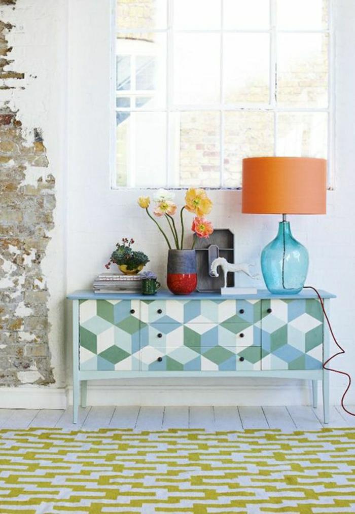meuble-en-bois-d-appoint-tapis-sul-le-sol-plancher-blanc-lampe-orange-fleurs-jaunes