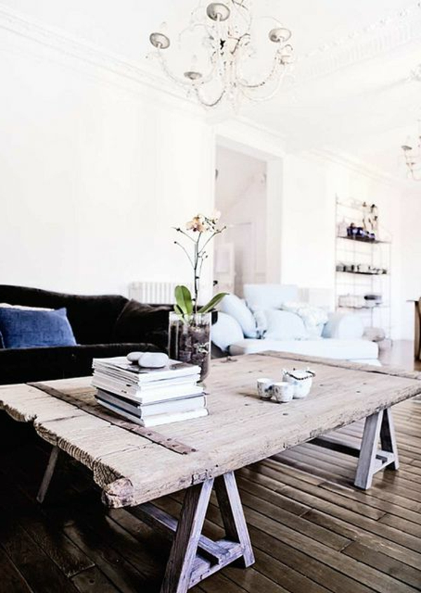 meuble-en-palette-salon-canapé-noir-intérieur-classique-fleurs