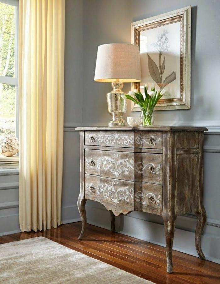 meuble-entrée-en-bois-d-appoint-lampe-décorative-blanche-fleurs-rideaux-longs-beige