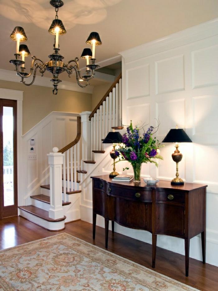 meuble-entrée-en-bois-fleurs-lampes-décoratives-lustre-grande-escalier