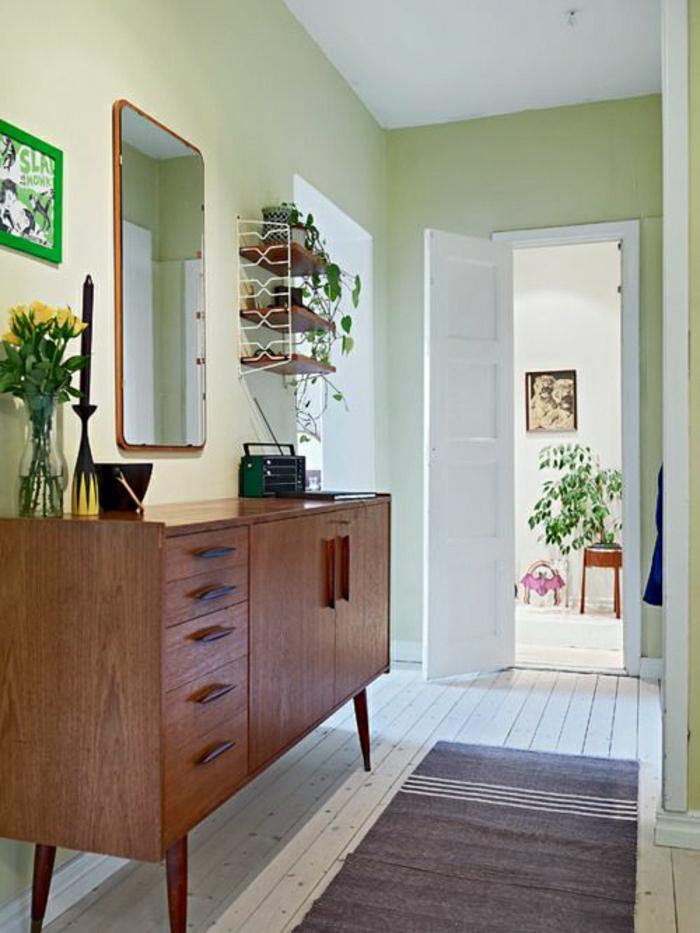meubles-rétro-commode-en-bois-d-entrée-fleurs-miroir-couloir-tapis-sol-en-plancher