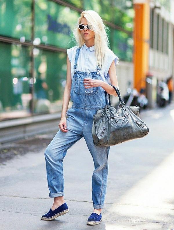 mocassins-femme-salopette-en-jean-femme-blonde-lunettes-de-soleil-blanc-sac-en-cuir-noir