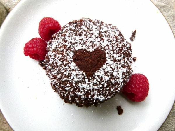 moelleux-au-chocolat-joliment-décoré-et-servi