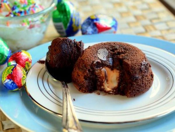 moelleux-au-chocolat-servi-avec-des-bonbons