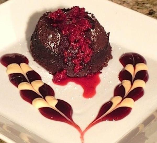 moelleux-au-chocolat-sur-une-sauce-rouge