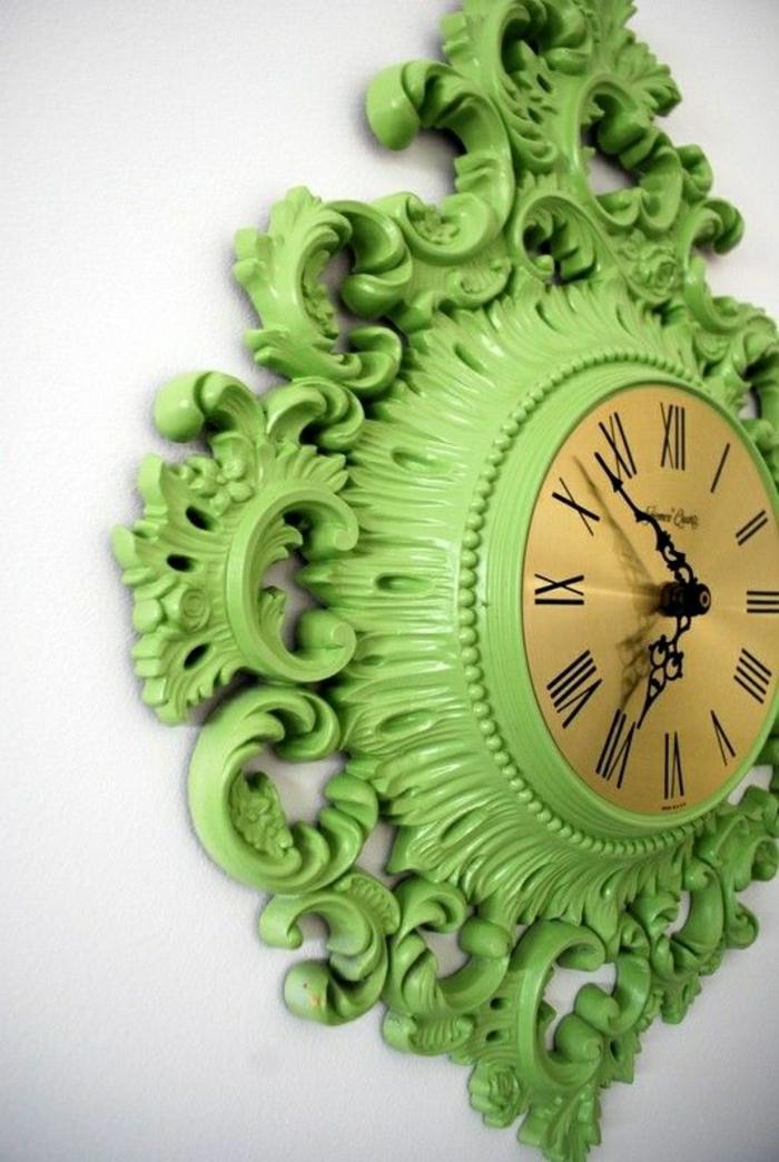 mur-blanc-grande-horloge-murale-en-bois-vert-de-style-vintage