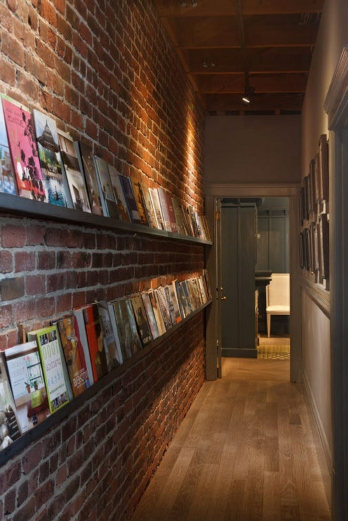 mur-en-brique-étagères-minimalistes-dans-l'entrée