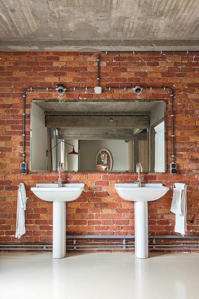 mur-en-brique-deux-vasques-sur-pied-blanches