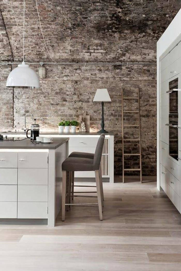 mur-en-brique-et-mobilier-blanc-de-cuisne