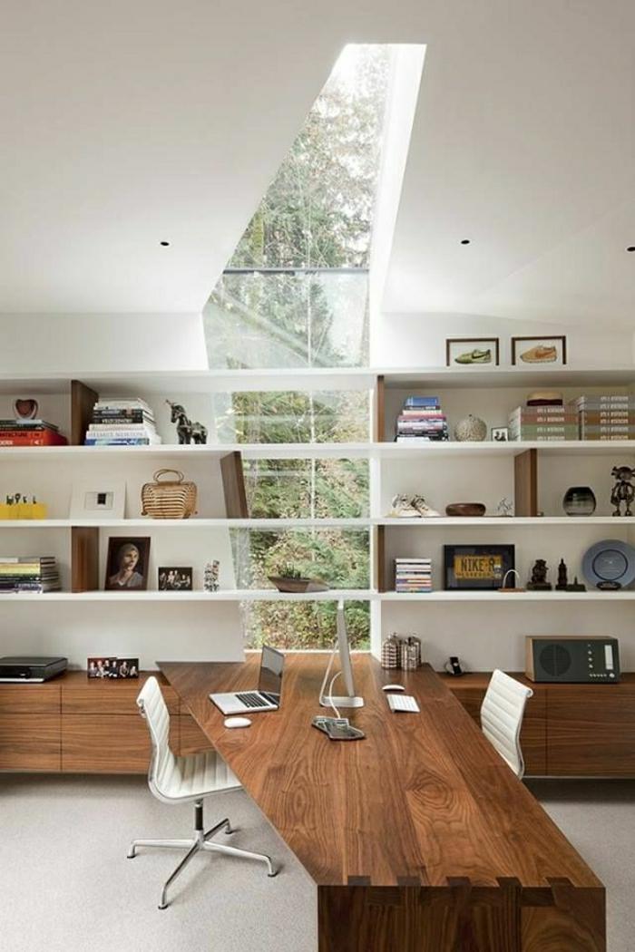 mur-fenetre-bureau-de-travail-coin-de-travail-chaise-en-cir-blanc-étagère-en-bois
