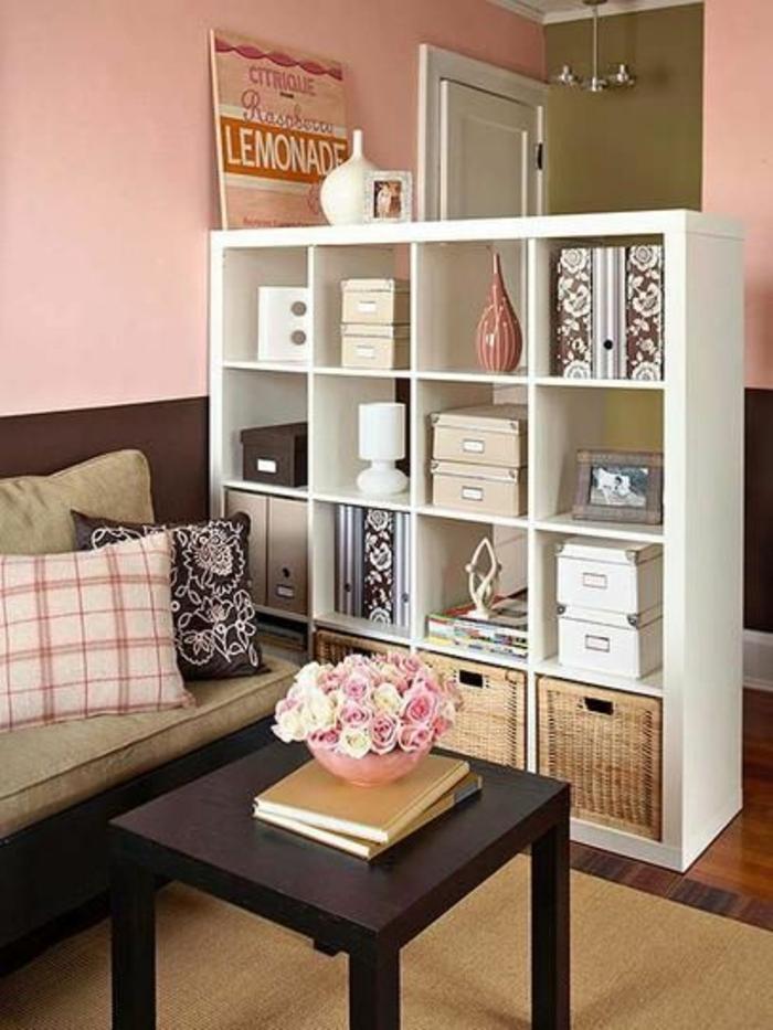 murs-roses-salon-table-basse-de-salon-moquette-boites-de-rangement-cube