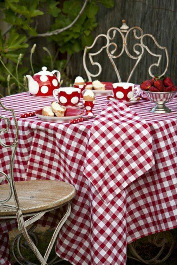 nappe-aux-carreaux-blanc-rouge-set-de-table-rouge-chaises-en-fer-forgé-table-de-jardin