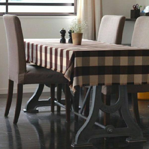 nappe-aux-carreaux-brun-beige-fleur-décoration-de-table-chaises