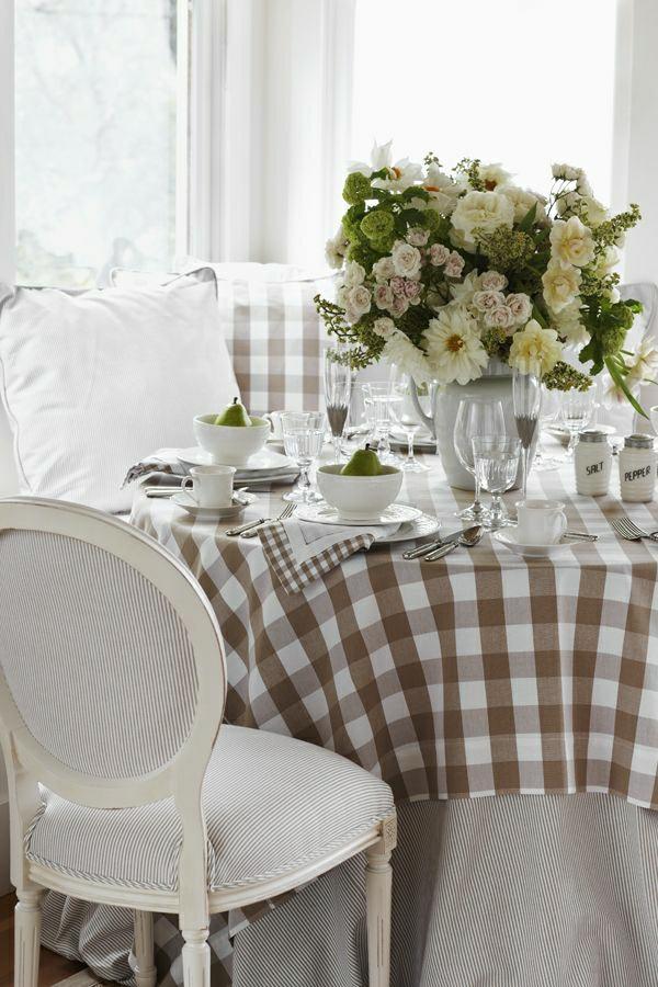 nappe-aux-carreaux-brun-blanc-décoration-de-table-fleurs-blancs
