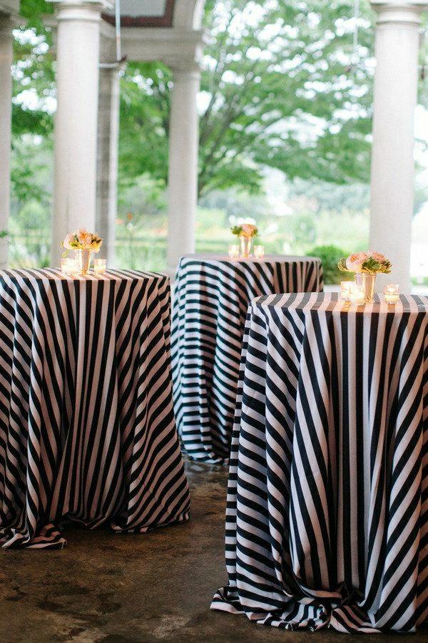 nappe-aux-rayures-blanc-noir-decoration-de-table-avec-fleurs