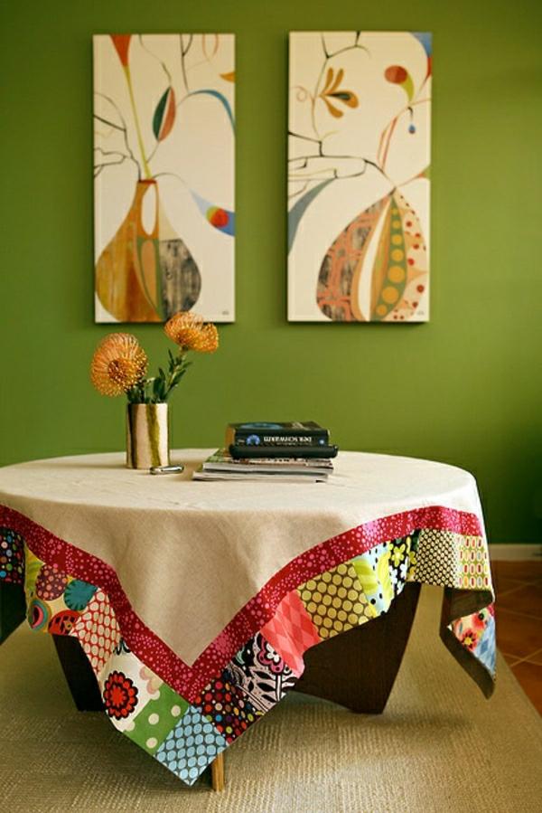 nappe-beige-coloré-une-table-basse-en-bois-fleurs-de-table-mur-vert