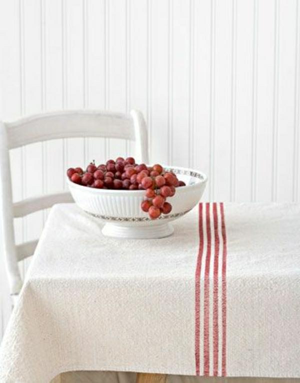 nappe-blanche-élégante-chambre-de-séjour-chaise-blanche-mur-blanc