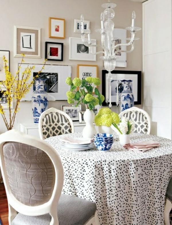 nappe-blanche-aux-points-noirs-fleurs-de-table-chaise-en-bois-lustre-en-bois