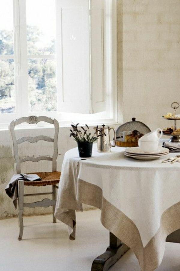 nappe-blanche-beige-en-lin-fenetre-grande-ancienne-chaise-en-bois-deco-cocooning