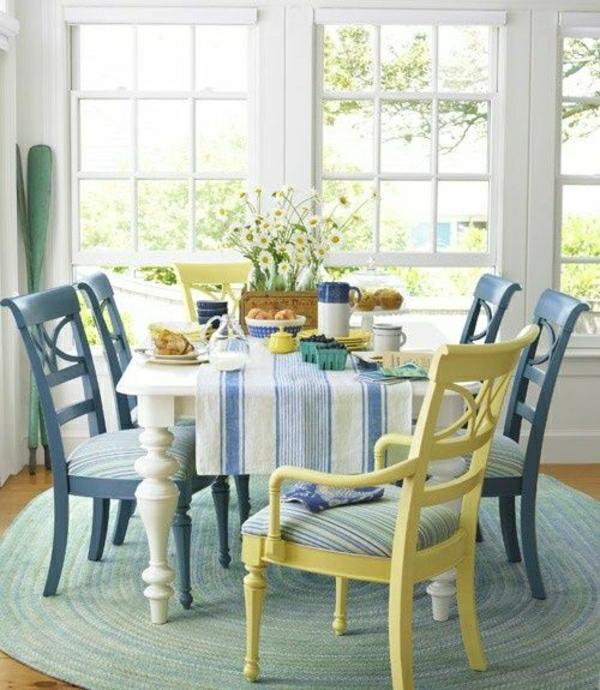 nappe-blanche-bleu-salle-de-séjour-belle-ambiance-cocooning-fleurs-de-table