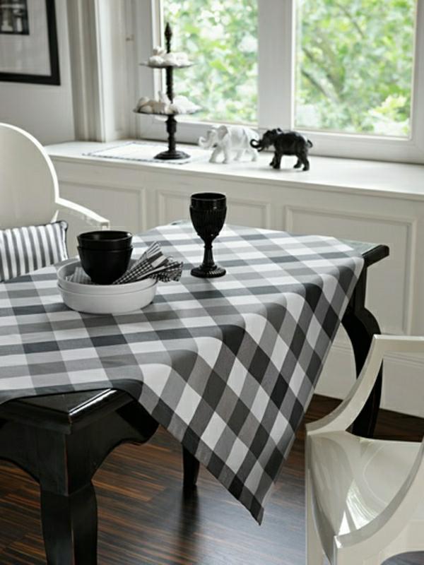 nappe-blanche-noire-élégante-salle-de-séjour-sol-en-parquet-brun-foncé-fenetre