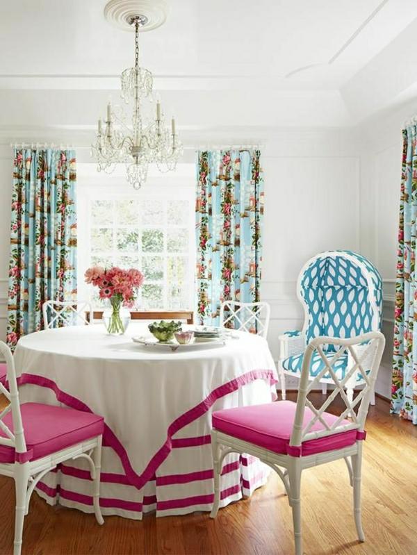 nappe-blanche-rose-fleurs-set-de-table-beau-rideaux-colorés-lustre-baroque-chaise-en-bois