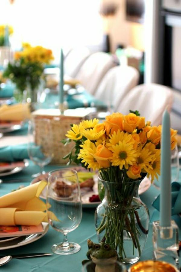 nappe-bleu-fleurs-jaune-serviette-de-table-jaune-bougie-bleu-fleurs