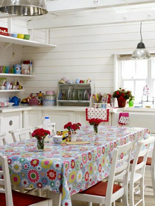 nappe-cirée-fleurs-déssinés-nappe-colorée-chaises-en-bois-blanc-cuisine-salle-de-séjur