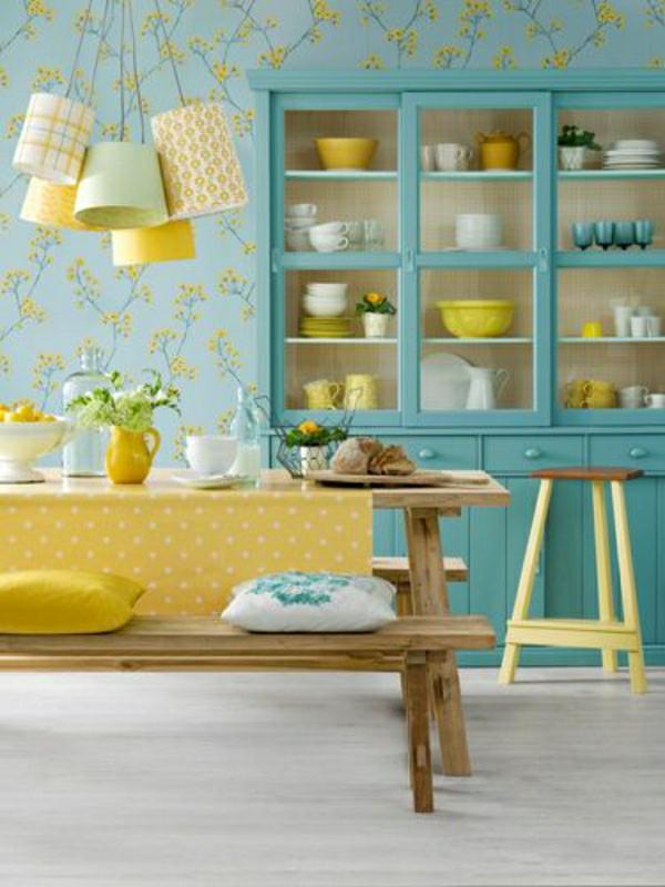 nappe-cirée-jaune-aux-points-fleurs-décoration-de-table-cuisine-bleue-table-en-bois