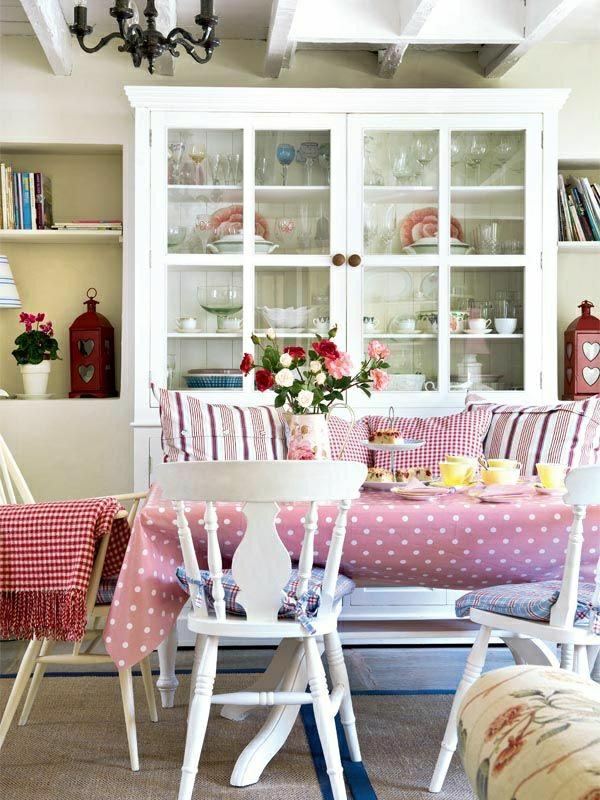 nappe-cirée-rose-aux-points-blancs-feurs-décoration-de-table-feurs-coussins-colorés-rouges