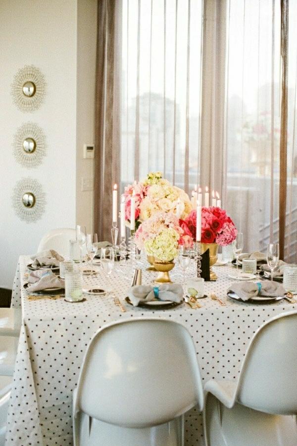 nappe-cirés-de-table-fleurs-set-de-table-élégant-bougies-chaises-blanches