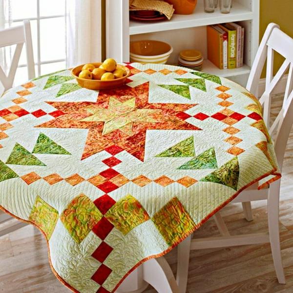 nappe-coloré-de-table-ronde-salle-de-séjour-chaises-en-bois-blanc