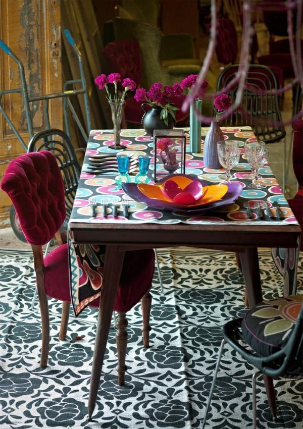 nappe-cuirée-de-table-coloré-fleurs-intérieur-vintage-sol-tapis-banc-noir