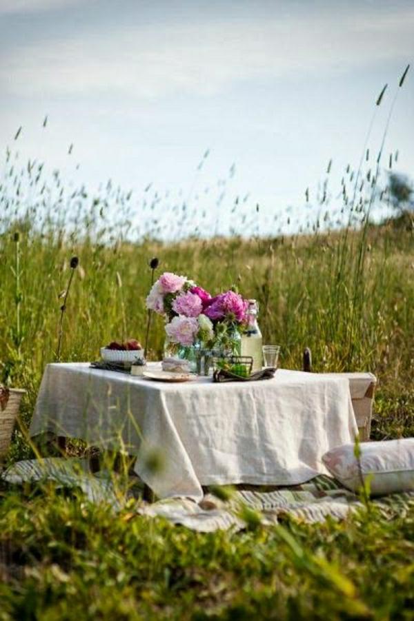 nappe-de-lin-beige-fleurs-table-de-jardin-camping-table-basse