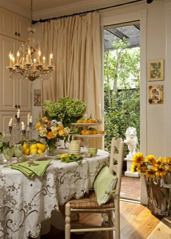 nappe-de-lin-beige-fleurs-table-diner-bougies-parquet-tournesol-rideaux-longs