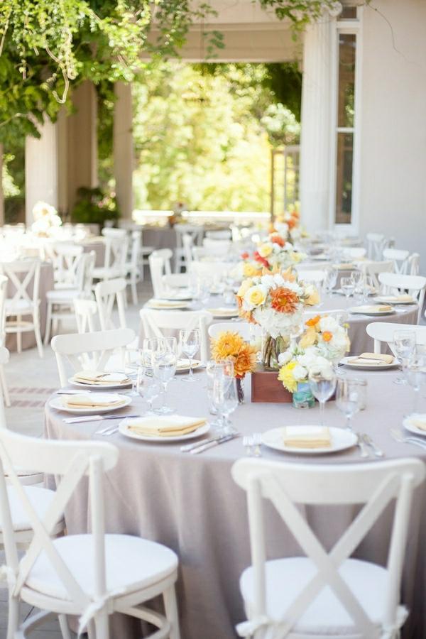 nappe-de-table-beige-set-de-table-élégant-fleurs-occasion-mariage-terrasse