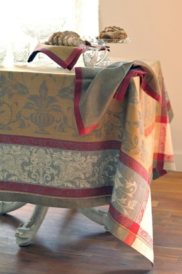 nappe-de-table-en-tissu-élégant-variant-pour-la-table-en-bois
