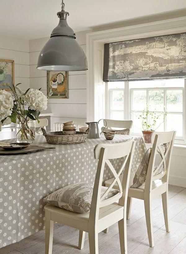 nappe-de-table-grise-fleurs-de-table-chaise-en-bois-blanc-cuisine-élégante