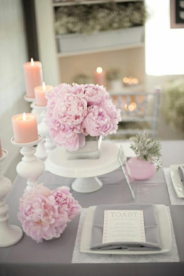 nappe-gris-nappe-de-table-fleurs-roses-bougies-roses-élégante-variante